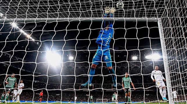 Joel realiza una parada durante el Real Madrid-Betis (AFP)