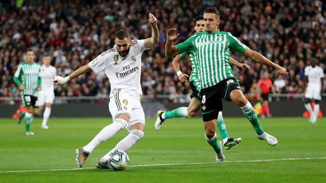 Benzema dispara ante Feddal durante el Real Madrid-Real Betis (Foto: Reuters).
