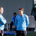 El entrenador del Betis, Rubi, habla con el segundo técnico, Jaume Torras, durante un entrenamiento (Foto: Manuel Gómez)