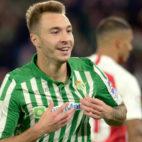 Loren celebra su gol al Sevilla en el derbi (Foto: AFP)