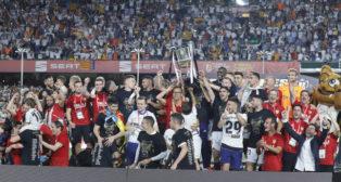 El Valencia levantó en mayo la Copa del Rey en el Benito Villamarín (Foto: Raúl Doblado/ABC)