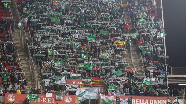 La grada de la afición del Betis durante el partido ante el Mallorca en Son Moix.