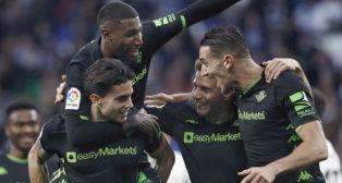 Los jugadores del Betis celebran el gol de Bartra ante el Espanyol (EFE)