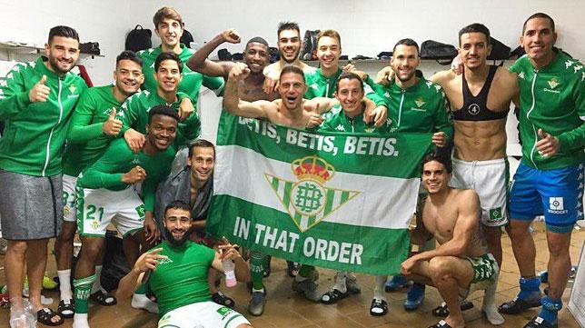 Los jugadores del Betis posan con una pancarta tras ganar en Mallorca