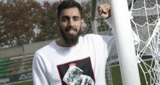 Borja Iglesias posa para ABC de Sevilla en la ciudad deportiva Luis del Sol (Foto: Juan Flores)
