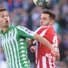 Canales disputa un balón con Saúl en el Betis-Atlético (Foto: AFP)