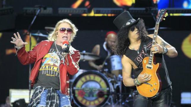 Los integrantes del grupo estadounidense Guns N´Roses, Axl Rose y Slash, durante un concierto