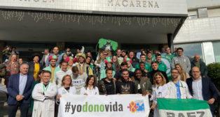Jugadores del Betis, representantes de las peñas Amigos del Centenario, BetisWeb y Peña Rafael Gordillo posan a las puertas del Hospital Virgen Macarena (Foto: Betisweb).