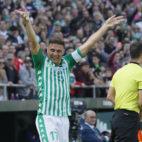 Joaquín saluda a los aficionados del Betis tras marcar los tres goles al Athletic de Bilbao (Foto: Raúl Doblado/ABC)
