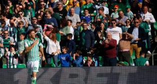 Joaquín se toca el escudo en el pecho de su camiseta tras marcar uno de los goles al Athletic (Foto: RBB)