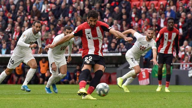 Raúl García lanza el penalti que supuso el 1-0 en el Athletic-Granada (EFE)