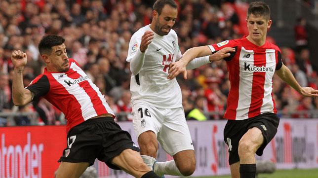 Yuri disputa un balón con Víctor Díaz en el Athletic-Granada (Foto: EFE)