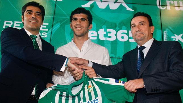 Ángel Haro, Carles Aleñá y José Miguel López Catalán, en la presentación del jugador con el Betis (Foto: Manuel Gómez).