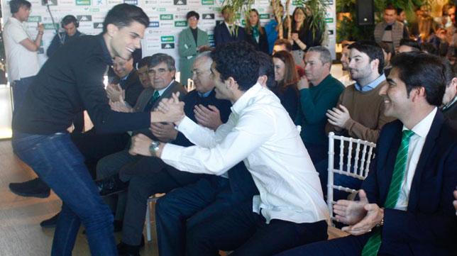 Bartra saluda a Aleñá tras su intervención en la presentación de éste como jugador del Betis (Foto: Manuel Gómez).