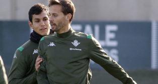 Mandi empuja a Canales durante el entrenamiento del Betis (Foto: Manuel Gómez).