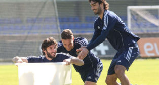 Canales, en el centro, bromea junto a Granero y Carlos Martínez durante un entrenamiento de la Real Sociedad (Foto: El Diario Vasco)