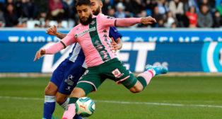 Fekir trata de rematar en el Alavés-Betis