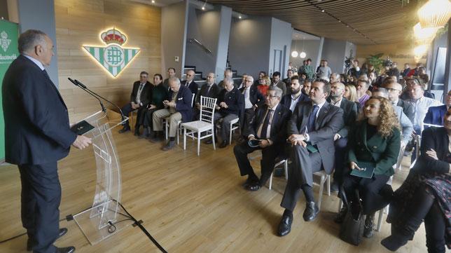 Rafael Gordillo se dirige a los asistentes a la presentación de la memoria 18-19 de la Fundación Real Betis (Foto: J. M. Serrano)