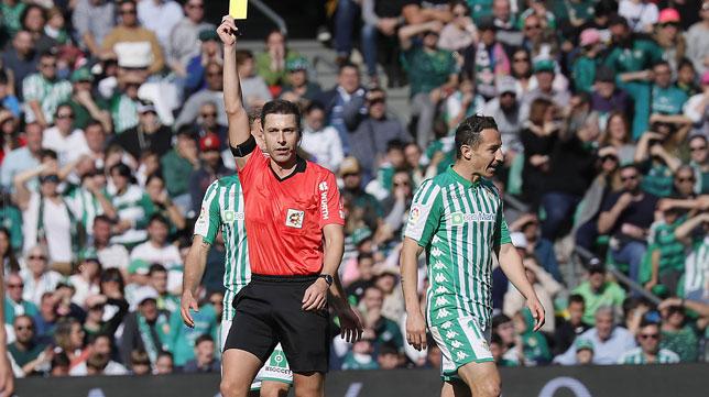 El árbitro Cordeo Vega muestra tarjeta amarilla a Guardado en el Betis-Real Sociedad (Foto: Raúl Doblado)