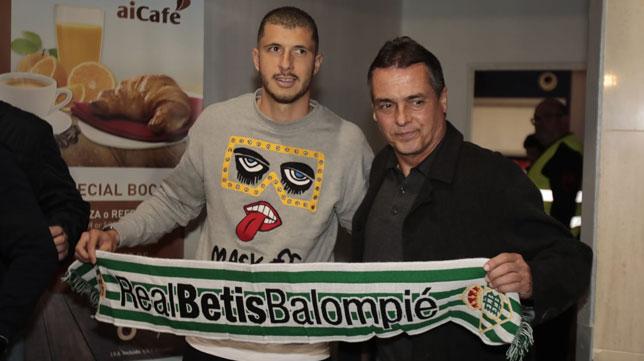 Guido Rodríguez posa con Alexis a su llegada a Sevilla (Raúl Doblado)