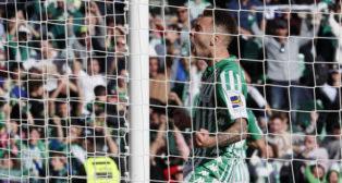 Loren celebra un gol del Real Betis en el Benito Villamarín (Foto: EFE).