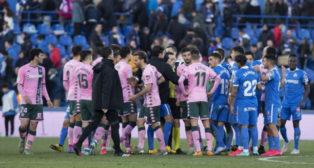 Los jugadores del Betis rodean a Prieto Iglesias tras el Betis-Getafe (Foto: LaLiga).