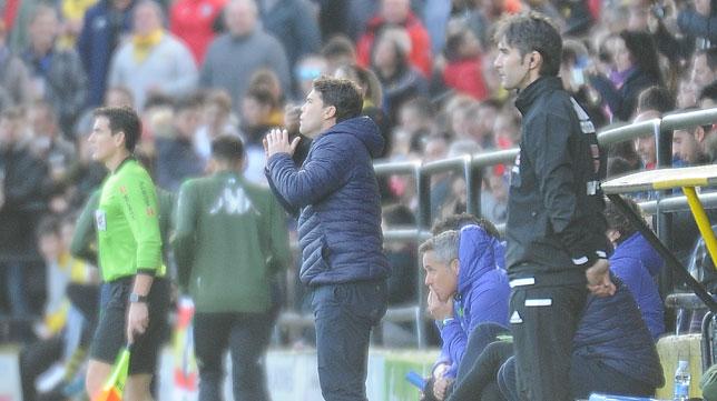 Rubi da instrucciones a sus jugadores durante el Portugalete-Betis (Foto: LOF).