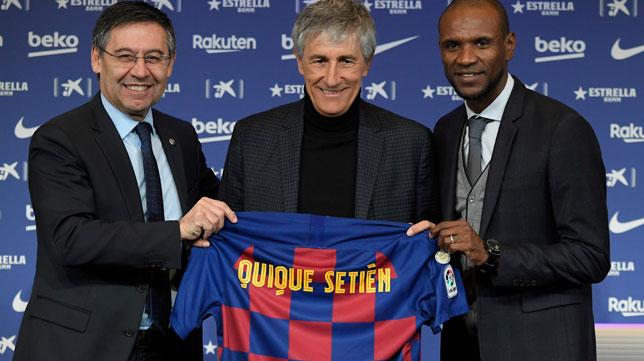 Quique Setién, flanqueado por Bartomeu y Abidal, en su presentación como entrenador del Barcelona (Foto: AFP).