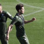 Joaquín y Bartra, en el entrenamiento del Betis (Foto: Raúl Doblado).