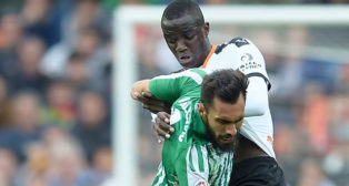 Borja Iglesias forcejea con Diakhaby durante el Valencia-Betis (Foto: AFP).