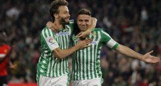 Canales felicita a Joaquín por su gol en el Betis-Mallorca (Manu Gómez)