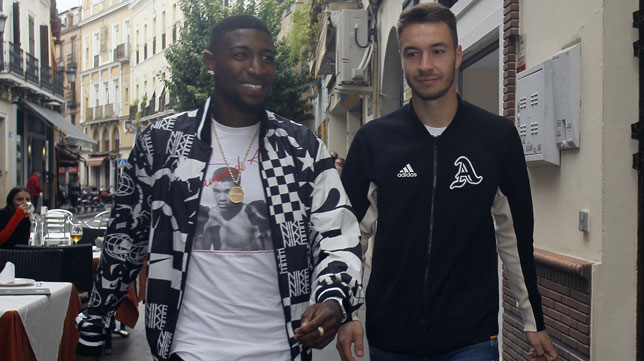 Emerson y Loren, a su llegada al almuerzo de la plantilla del Betis (Foto: Manuel Gómez).