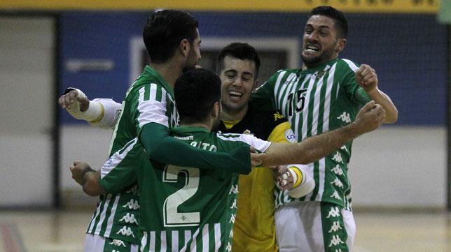 Los jugadores del Real Betis Futsal celebran uno de los tantos que le marcaron al Peñíscola en los cuartos de final de la Copa del Rey (Foto: Manu Gómez/ABC)