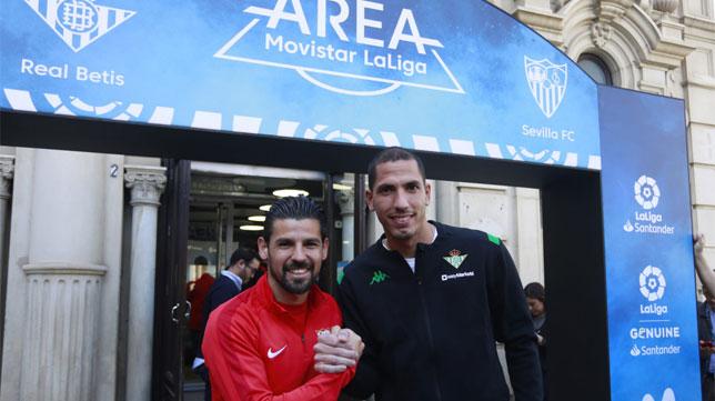 Joel Robles y Nolito se saludan en el acto de este martes de Movistar LaLiga en Sevilla (Foto: Vanesa Gómez/ABC)