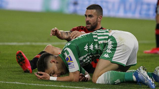 Álex Moreno se lamenta sobre el césped del Villamarín durante el partido ante el Mallorca (Foto: Manuel Gómez/ABC)