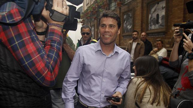 Rubi, a su llegada al almuerzo de la plantilla del Betis (Foto: Manuel Gómez).