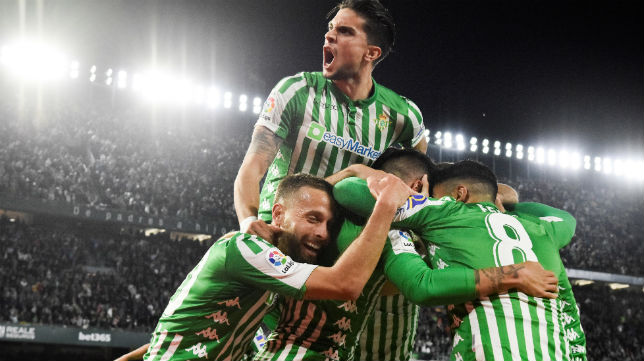 Los jugadores del Betis celebran el gol de Tello al Real Madrid