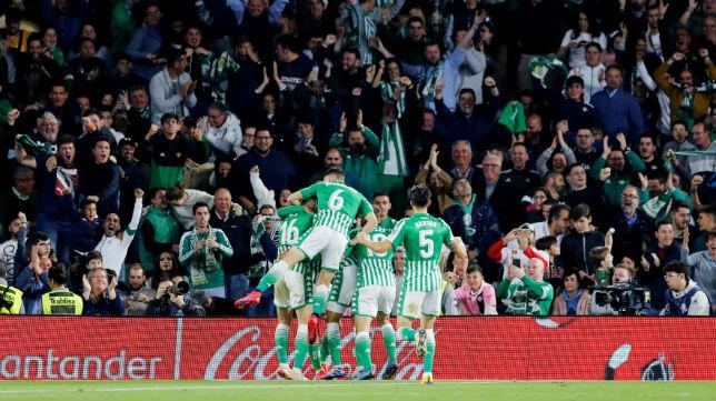 La celebración de los jugadores del Real Betis del gol de Sidnei ante el Real Madrid.