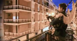 Fran Verde toca con la gaita el himno del Real Betis desde su balcón.