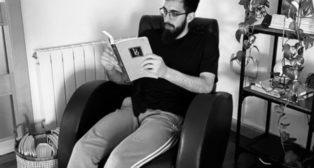 El delantero bético Borja Iglesias lee un libro en su domicilio (Foto: @BorjaIglesias9)