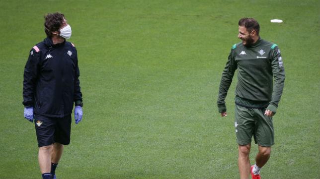 Uno de los técnicos del Betis observa a Joaquín durante un entrenamiento en la ciudad deportiva (Foto: LaLiga)