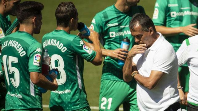 Alexis reflexiona mientras sus jugadores beben agua en la pausa de hidratación del Celta - Betis (Foto: LaLiga).