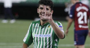 Aleñá celebra su gol, el 3-0, en el Betis-Osasuna (Foto: J. M. Serrano).