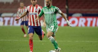 Canales avanza ante Saúl durante el Atlético-Betis (Foto: Reuters).