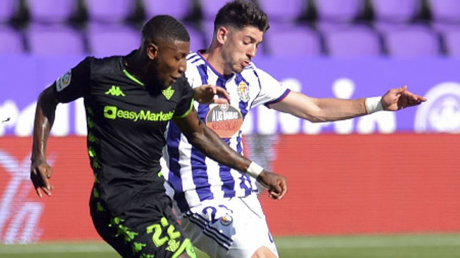 Emerson pugna con Waldo durante el Valladolid-Betis (Foto: LaLiga).