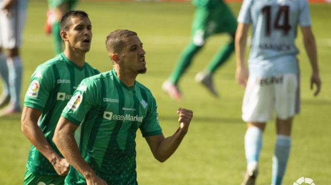 Feddal celebra seguido de Mandi el gol que supuso el 1-1 en el Celta - Betis (Foto: LaLiga).