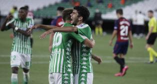Loren y Aleñá se abrazan para celebrar el gol que suponía el 3-0 del Betis sobre Osasuna (Foto: J. M. Serrano).