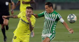 Guardado disputa un balón en el Betis-Villarreal de LaLiga 19-20