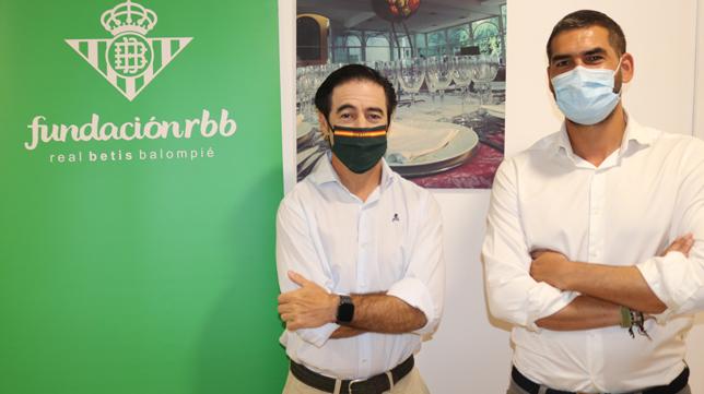 Antonio Luque, presidente de la Asociación de Hosteleros de Sevilla, y Rafael Muela, gerente de la Fundaciónd el Real Betis (Foto: RBB)