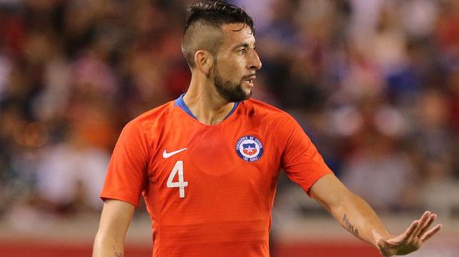 Mauricio Isla, en un partido con la selección de Chile.